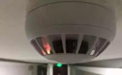 宾馆里一闪一闪的红灯是摄像头吗?烟雾探测器会不会带有摄像头?
